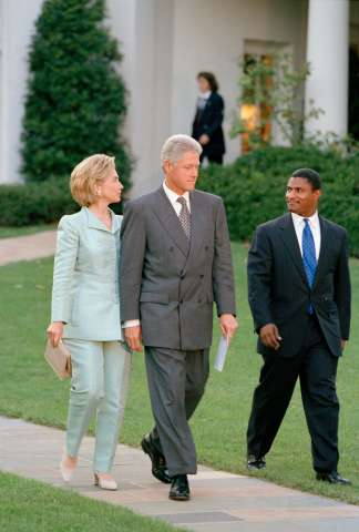 Clintons Depart For Democratic Business Leaders Event