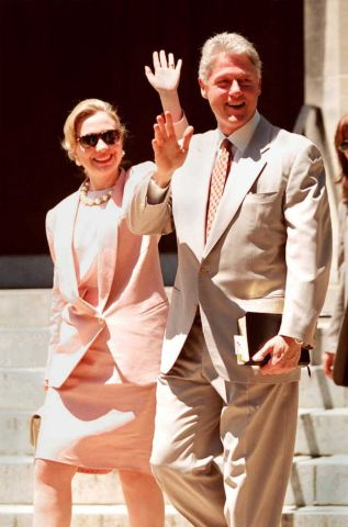 US President Bill Clinton (R) and First Lady Hilla