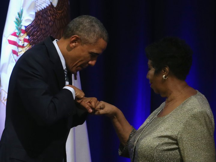 Aretha Sharing A Fist Bump With President Obama In 2015
