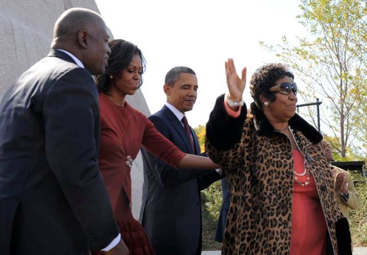 Aretha With The Obamas AT tHE Martin Luther King Memorial Dedication In 2011