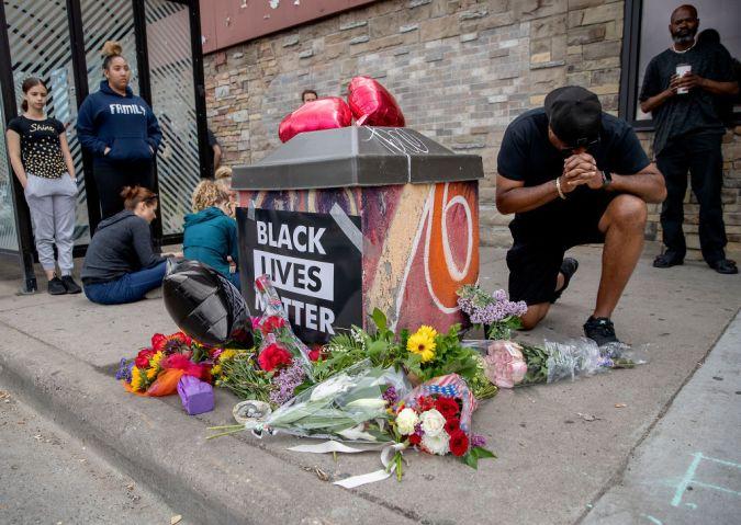 Man dies after Minneapolis police kneels on neck