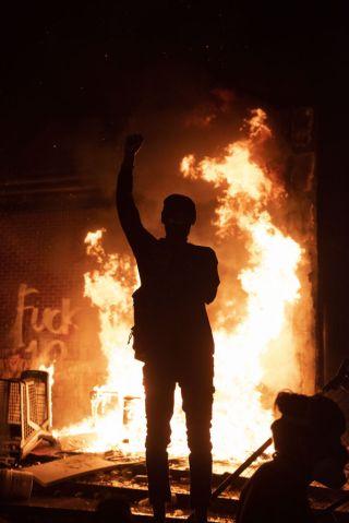 US: Protestors set fire to Minneapolis police precinct