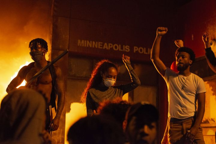 US: Protestors set fire to Minneapolis police precinct