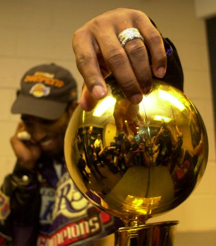 031395.SP.0615.lakers.21WS –– Lakers Kobe Bryant Bryant hangs on to the Championship trophy after de