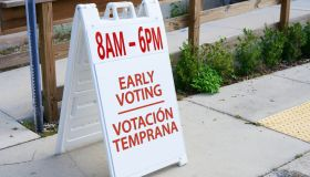 Early Voting 8am -6pm directional sign in English and Spanish